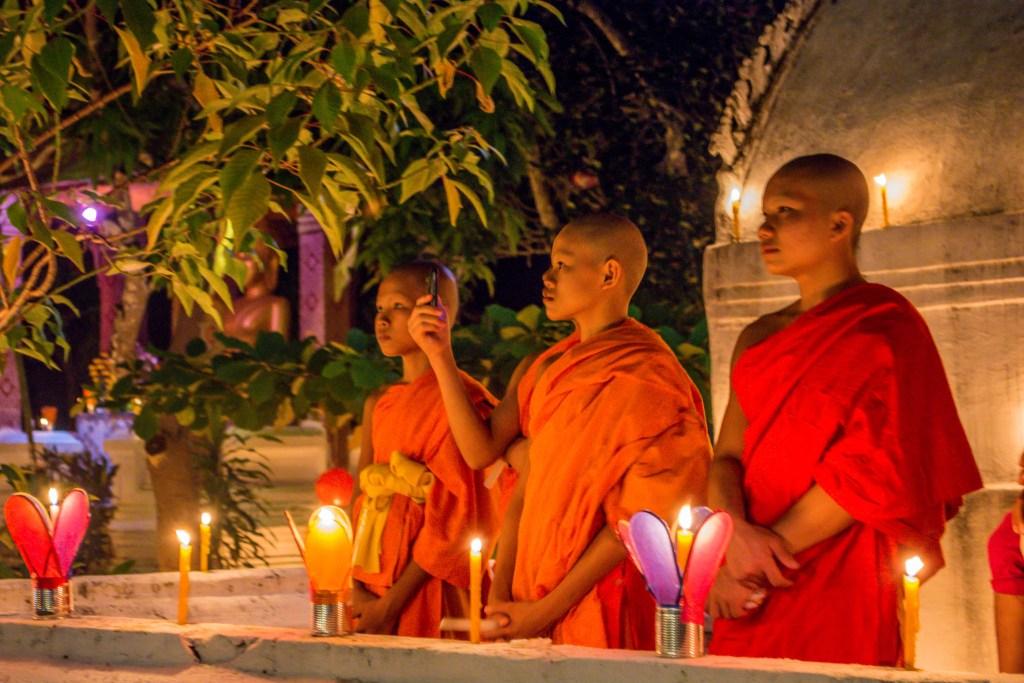monges durante evento no laos