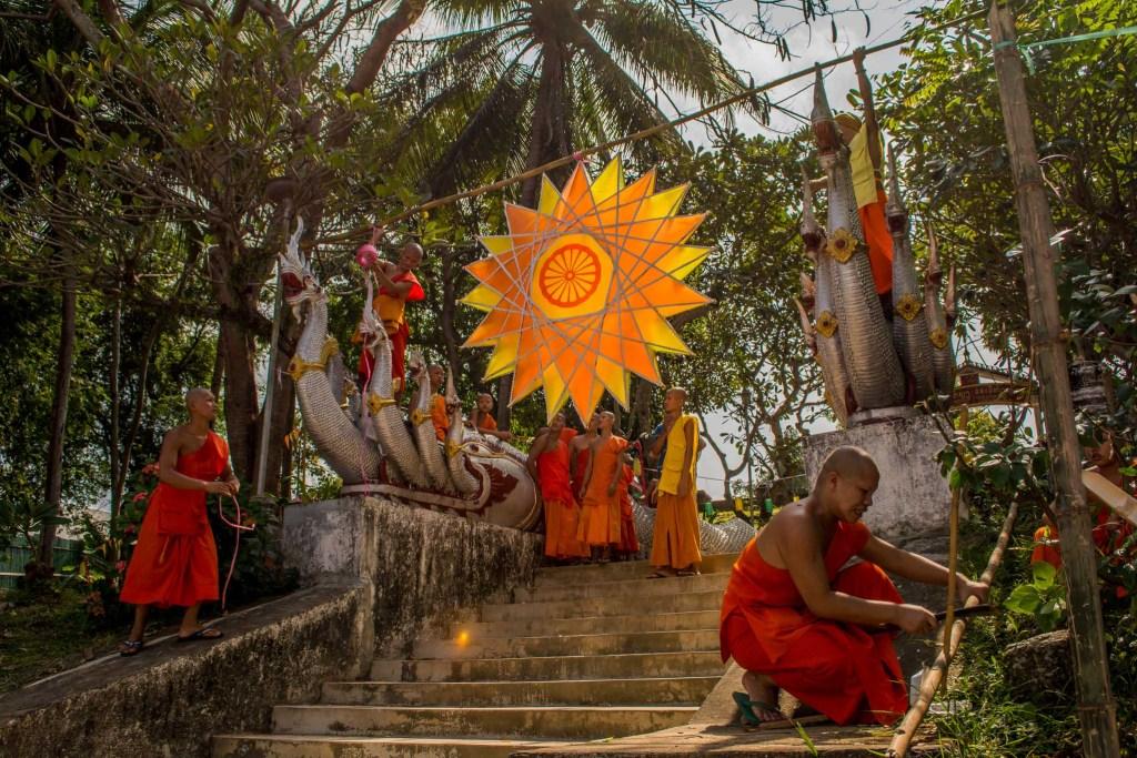 monges enfeitando festa no laos