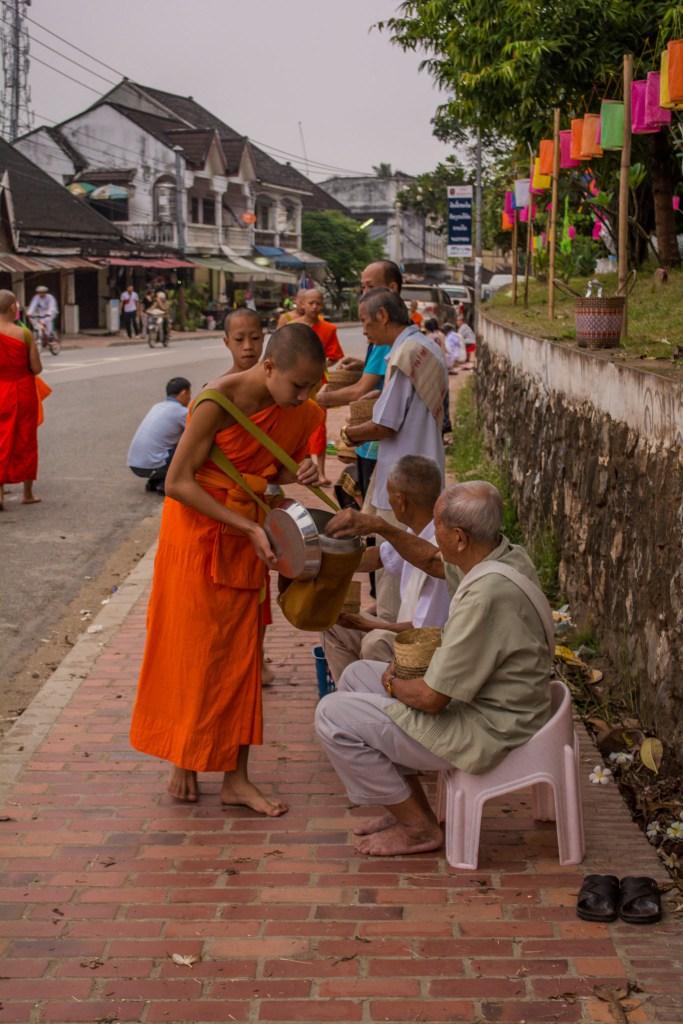 monges recolhendo doações no laos