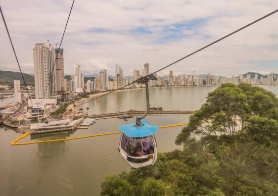 Bondinho, tirolesa e trenó de montanha: sim, isso tudo em Balneário Camboriú!