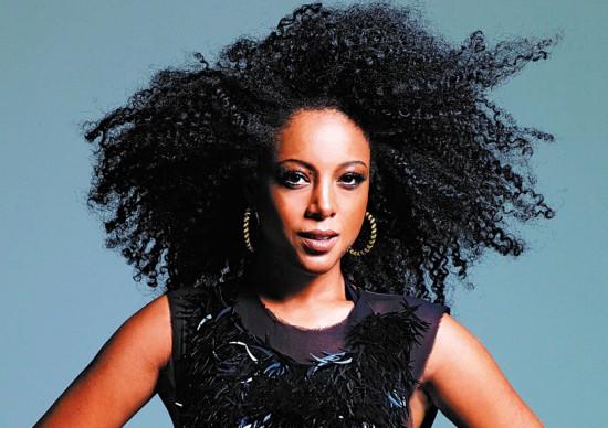 Clique aqui pra saber qual o destino pelo qual a cantora Negra Li se declara a-pai-xo-na-da!