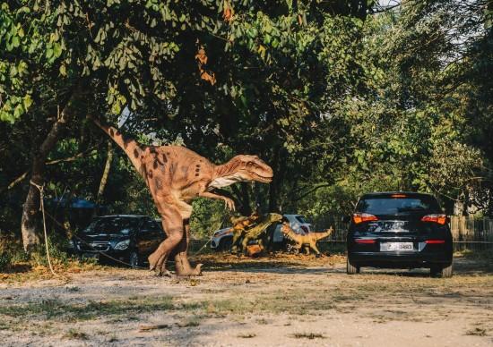 Aventura em SP: não saia do carro, os dinossauros estão soltos!