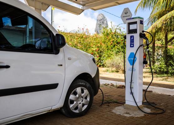Fernando de Noronha entrega ecoposto público para recarga de carros elétricos